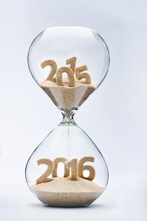 diciembre: Año Nuevo 2016 concepto con reloj de arena que cae la arena tomando la forma de un 2016