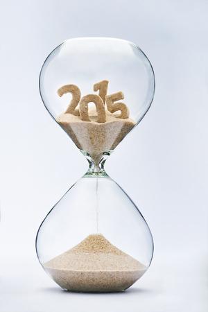 reloj de arena: Se acaba el tiempo concepto con reloj de arena cayendo arena de 2015