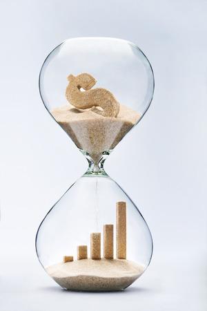 reloj de arena: El crecimiento del negocio gráfico de barras hechas de arena que cae de la muestra de dólar que fluye a través del reloj de arena
