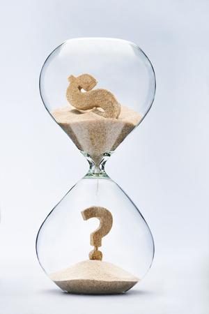 signo pesos: Crisis del dólar. Signo de interrogación hecho de la arena que cae de la muestra de dólar que fluye a través del reloj de arena Foto de archivo
