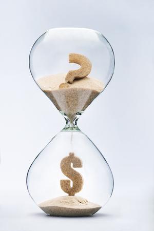ドルの危機。ドル記号が疑問符砂時計流れるから落ちてくる砂から作られて
