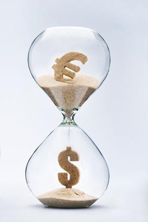 reloj de arena: El tipo de cambio euro-d�lar. Signo de d�lar hecha de arena que cae del s�mbolo del euro que fluye a trav�s del reloj de arena