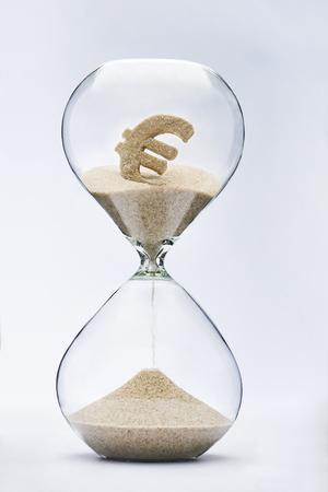 Zeit ist Geld. Euro-Zeichen in der Sanduhr fließt. Standard-Bild - 45568030