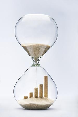 비즈니스 성장 그래픽 바는 모래 시계 내부의 모래가 떨어지는 만든