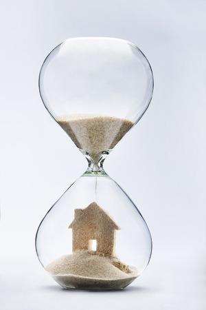 planificacion familiar: Verano concepto de alojamiento con la caída de la arena tomando la forma de una casa