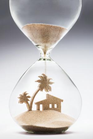 落ちてくる砂の家と椰子の木の形を取っていると夏の宿泊施設コンセプト