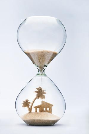 reloj de arena: Verano concepto de alojamiento con la caída de la arena tomando la forma de un árbol de casa y de palma