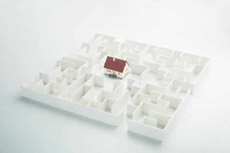 不動産の迷宮。迷路の中に隠されたおもちゃの家