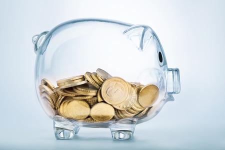 crecimiento personal: A ver a través de hucha con monedas de dinero