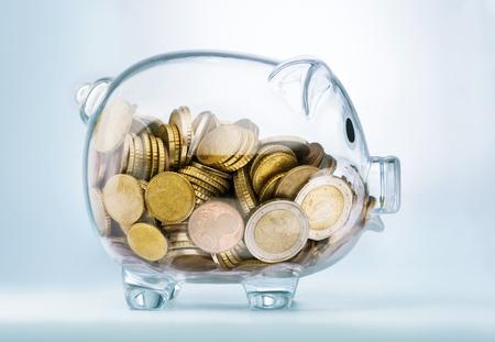 Sehen durch Sparschwein mit Geld-Münzen