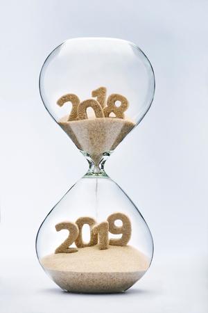 砂時計の落ちる砂、2019 の形を取っていると新年 2019年コンセプト 写真素材