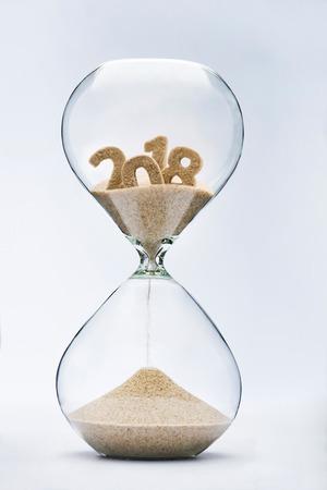 새 해 2019 개념입니다. 2018에서 모래 떨어지는 모래와 개념을 밖으로 실행하는 시간.