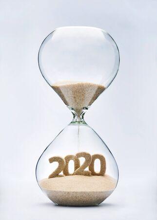 Neujahr 2020-Konzept mit Sanduhr fallendem Sand in Form eines 2020 Standard-Bild