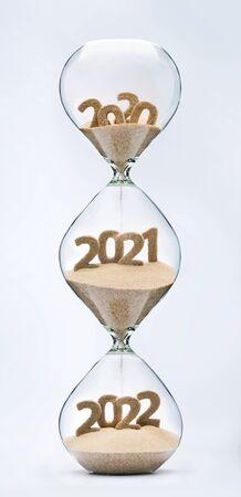 Vergangenheit, Gegenwart und Zukunft Konzept. 3-teilige Sanduhr. Fallender Sand nimmt die Form der Jahre 2020, 2021 und 2022 an.