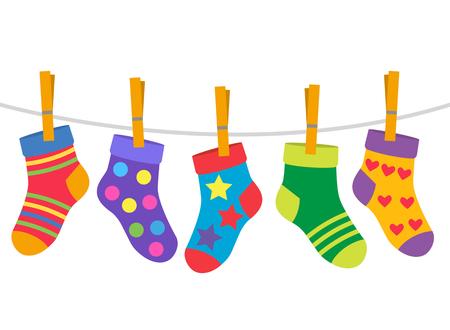 un juego de calcetines para niños se secan con una cuerda. fondo blanco y negro
