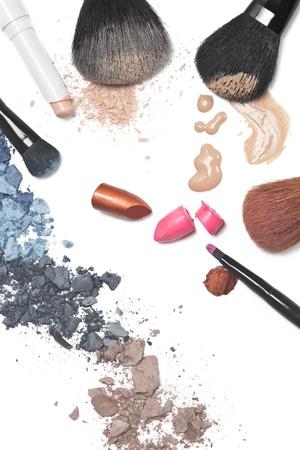 concealer: L'ombretto, rossetto, fondotinta, cipria, correttore e spazzole su sfondo bianco