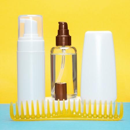 comb hair: Prodotti per lo styling dei capelli con pettine a denti larghi. Capelli mousse, olio, cera, gel Archivio Fotografico
