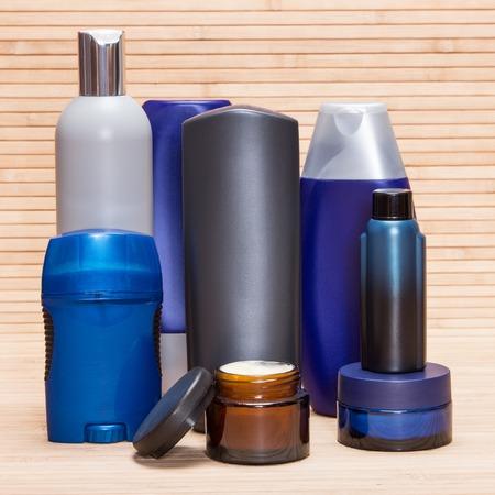 cosmeticos: Cosméticos para hombre. Diversos productos cosméticos para hombres en una superficie de madera Foto de archivo