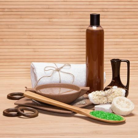 mimos: Spa y de cuidado del cuerpo productos y accesorios: sal marina gruesa en cuchara de madera, piedra p�mez, esponja vegetal, brizna de la estopa, utensilios de bamb� con agua, barro, gel de ducha, toalla de ba�o