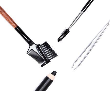 beautiful eyes: Zubehör für die Pflege der Augenbrauen: Augenbrauenstift, Pinzette, Kamm und Bürste auf weißem Hintergrund. Augenbrauen-Pflege-Tools