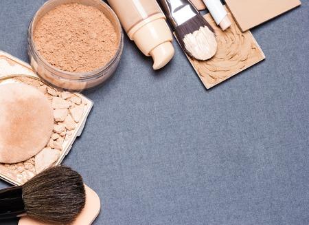 cosmeticos: Productos de maquillaje y accesorios para emparejar el tono de la piel y el cutis: correctores, base l�quida, polvo suelto y compacto, l�piz corrector, pinceles de maquillaje y esponja cosm�tica. Copia espacio Foto de archivo
