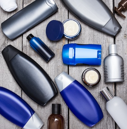 productos de belleza: cosméticos para hombre. productos cosméticos para hombres Vaus sobre tablones de madera viejos
