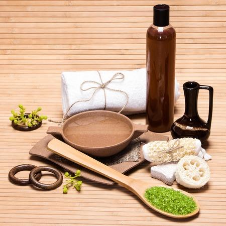 mimos: Spa y de cuidado del cuerpo productos y accesorios: sal marina, piedra pómez, esponja vegetal, brizna de la estopa, la placa de bambú con agua, barro, gel de ducha, toalla de baño en la superficie de madera