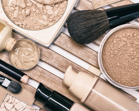 基礎化粧品: 補正鉛筆、プライマー、リキッドファンデーション、パウダー ブラシ作ると 写真素材