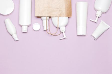 divers produits cosmétiques avec le papier d & # 39 ; emballage . appliquer le textile de beauté. espace de travail. copie espace Banque d'images