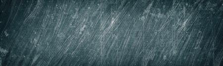 Textura ancha de metal rayado y manchado gris viejo. Panorama de superficie metálica lamentable. Fondo panorámico oscuro grunge retro