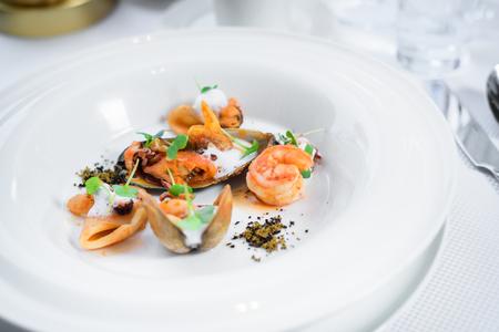 シェフの名物料理は、テーブルの上のレストランで提示。 写真素材