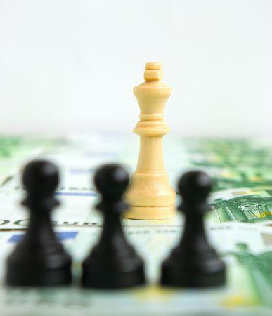 autoridad: Lucha por la autoridad entre los peones y una reina sobre un fondo de dinero
