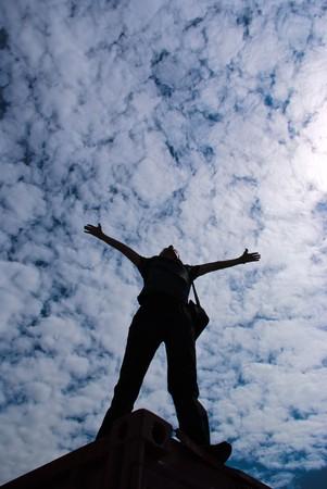 arms wide: Silhouette di un uomo sullo sfondo del cielo  Archivio Fotografico