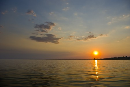 海の海岸の夕暮れ