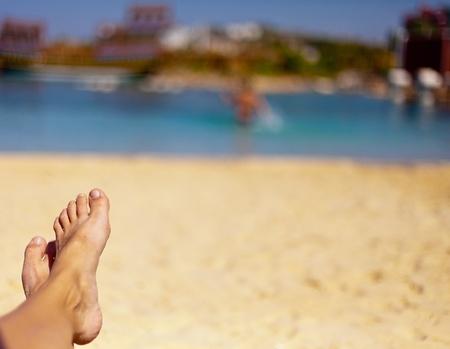 美しいビーチで砂の足