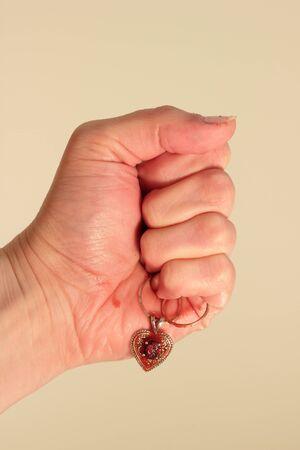 bloody hand print: El coraz�n sangriento