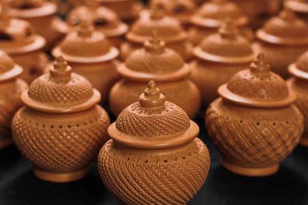 ollas de barro: Ollas de barro hermosas con motivos tallados en una fila. Foto de archivo