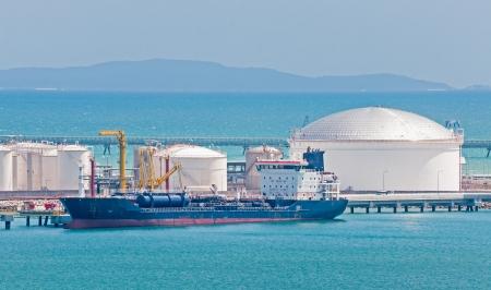 camión cisterna: Buque de petróleo atracado en el Puerto Foto de archivo