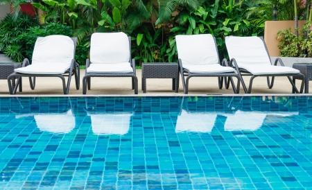 cadeira: Piscina com cadeiras de praia Imagens