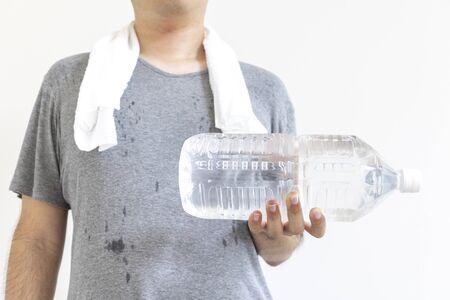 Uomo che fa allenamento muscolare con una bottiglia di plastica piena d'acqua