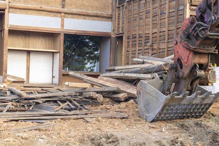 Trabajos de demolición de una antigua casa de madera japonesa Foto de archivo