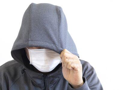 Uomo sospettoso che indossa un cappuccio e una maschera