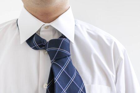 Ein Mann mit einer gescheiterten Krawatte und gebeugt Standard-Bild
