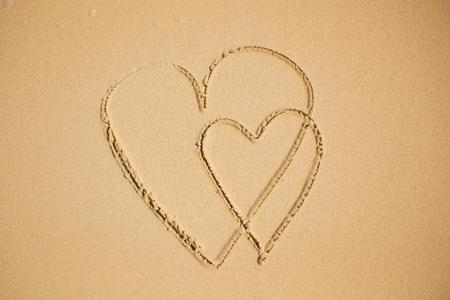 Texture du sable sur la plage à dessiner le coeur. Banque d'images - 82899931