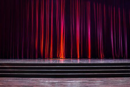 Tailler le bois avec une échelle et des rideaux rouges dans un théâtre. Banque d'images - 83540800