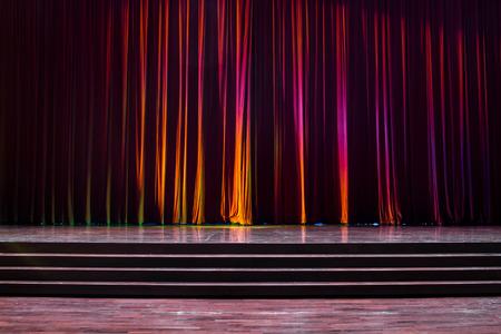 Tailler le bois avec une échelle et des rideaux rouges dans un théâtre. Banque d'images - 83540805