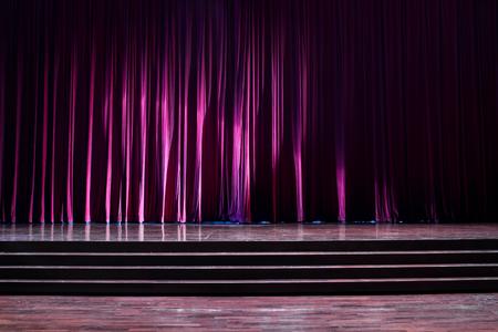 Tailler le bois avec une échelle et des rideaux rouges dans un théâtre. Banque d'images - 83540806