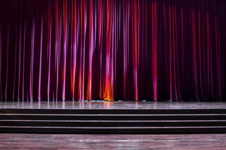 Tailler le bois avec une échelle et des rideaux rouges dans un théâtre. Banque d'images - 83540807