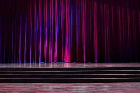 Tailler le bois avec une échelle et des rideaux rouges dans un théâtre. Banque d'images - 83540808