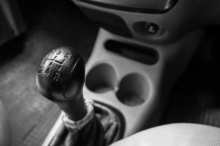 Steuerrad beim Fahren eines Autos mit Schaltgetriebe.